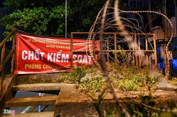 Nửa đêm, nhiều người dân Hà Nội luồn dây thép gai, trèo rào trốn khỏi khu phong tỏa: Người già, trẻ nhỏ có đủ - Ảnh 1
