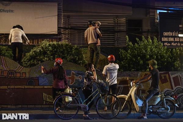 Nửa đêm, nhiều người dân Hà Nội luồn dây thép gai, trèo rào trốn khỏi khu phong tỏa: Người già, trẻ nhỏ có đủ - Ảnh 2