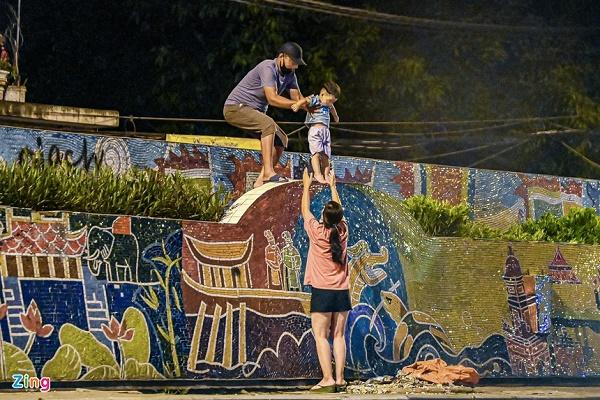 Nửa đêm, nhiều người dân Hà Nội luồn dây thép gai, trèo rào trốn khỏi khu phong tỏa: Người già, trẻ nhỏ có đủ - Ảnh 4