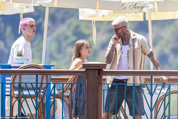 Fan David Beckham được pha bổ mắt ngắm visual cực đỉnh nhà BeckVic, nhưng công chúa nhỏ Harper lại chiếm trọn spotlight của bố - Ảnh 2