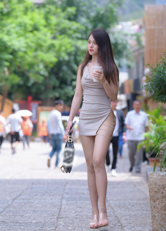 Loạt hot girl chuộng mặc mốt váy, quần rút dây gặp tình huống 'hớ hênh' ngay trên đường phố, khiến nhiều người phải che mắt 'gấp' - Ảnh 1