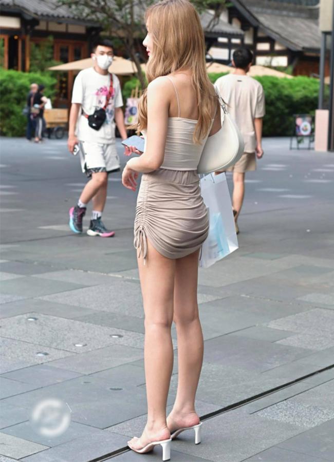 Loạt hot girl chuộng mặc mốt váy, quần rút dây gặp tình huống 'hớ hênh' ngay trên đường phố, khiến nhiều người phải che mắt 'gấp' - Ảnh 4