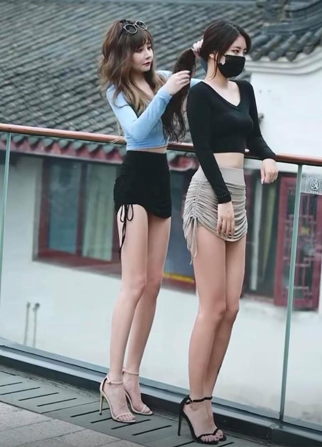 Loạt hot girl chuộng mặc mốt váy, quần rút dây gặp tình huống 'hớ hênh' ngay trên đường phố, khiến nhiều người phải che mắt 'gấp' - Ảnh 3
