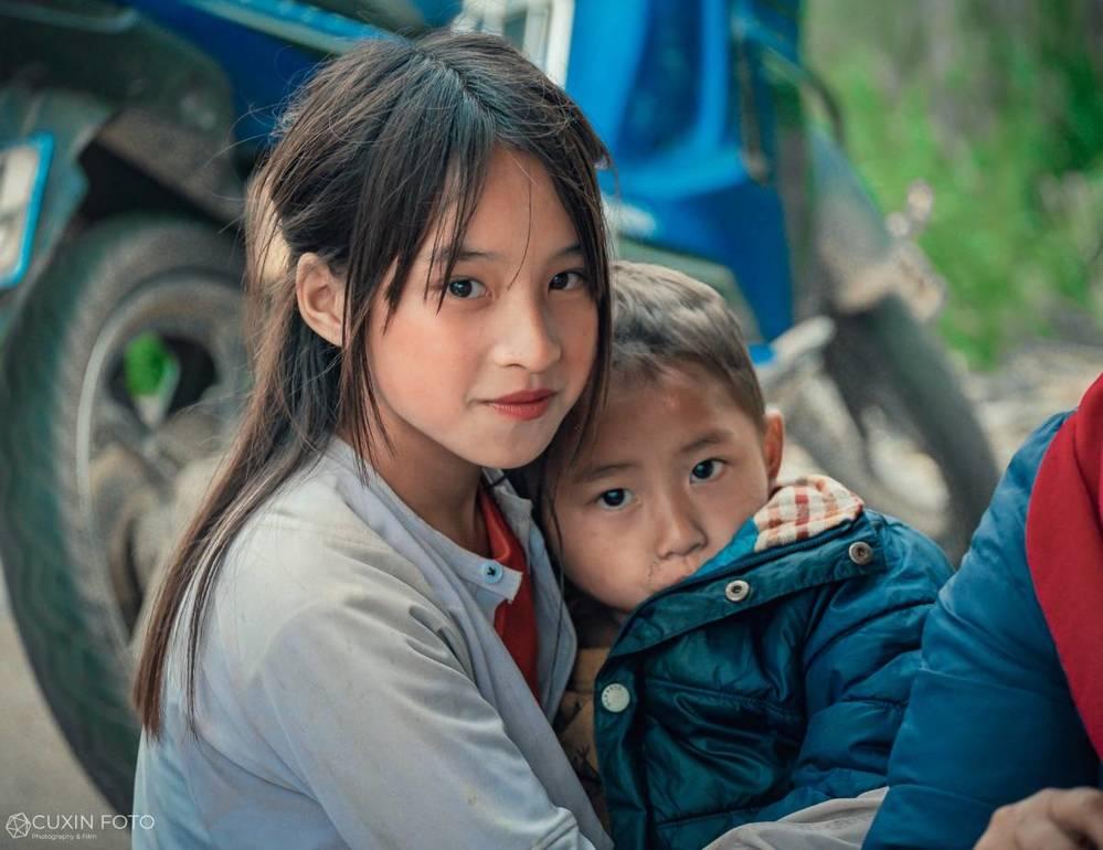 Bé gái Hà Giang gây sốt khi lọt vào ống kính của một du khách với nhan sắc 'thần tiên tỷ tỷ' - Ảnh 1