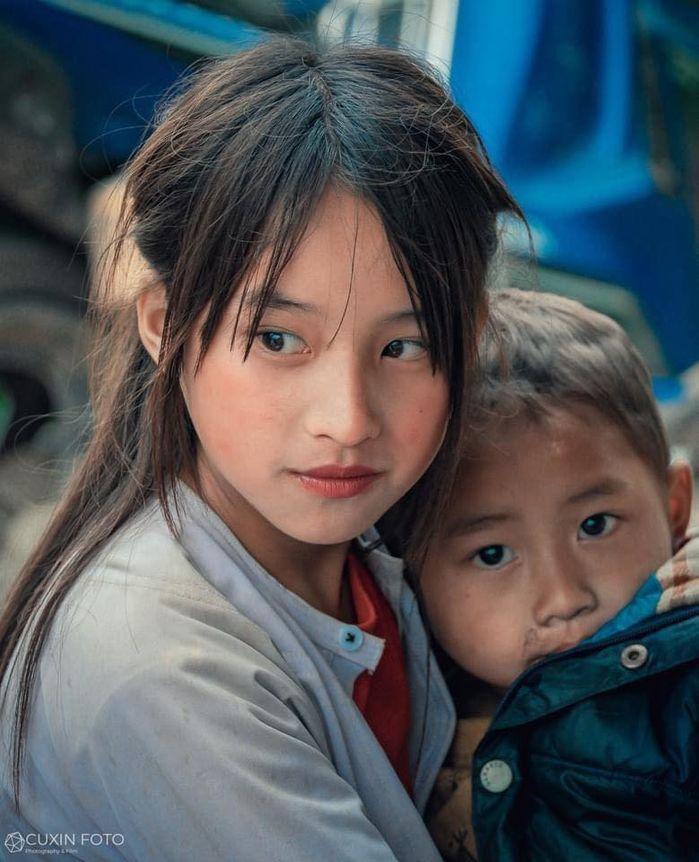 Bé gái Hà Giang gây sốt khi lọt vào ống kính của một du khách với nhan sắc 'thần tiên tỷ tỷ' - Ảnh 2
