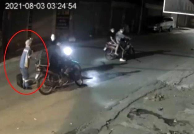 Diễn biến bất ngờ vụ cướp xe máy của nữ lao công ở Hà Nội: Thêm đối tượng thứ 5 bị bắt giữ, lộ kế hoạch 'tẩu tán' tài sản - Ảnh 2