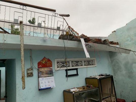 Hai tỉnh ven biển miền Trung xuất hiện lốc xoáy, 20 ngôi nhà bị tốc mái, đồ đạc hư hại nặng do ảnh hưởng của bão số 6