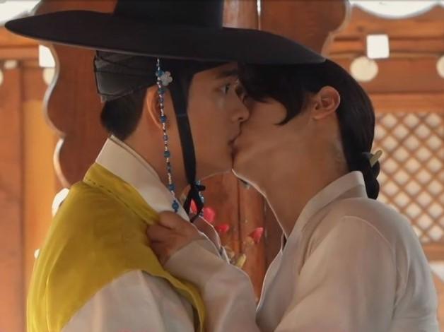 Top 5 cặp đôi đam mỹ làm lu mờ cả nữ chính trong các Kdrama: Song Joong Ki có 'phản ứng quá học' quá tuyệt vời với tiểu mỹ nam