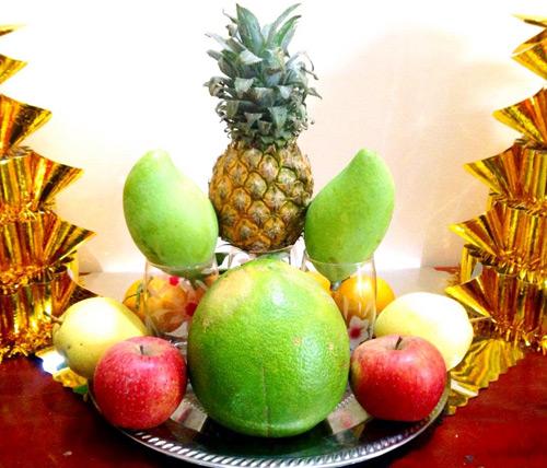 Đặt bưởi và táo, lê xung quanh 3 cốc xoài, dứa để cố định cốc