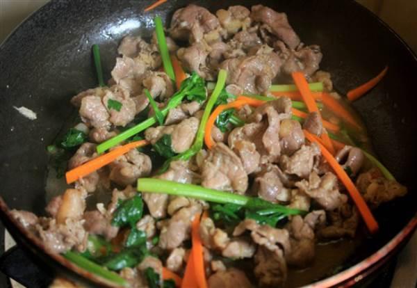Xôi chiên ăn kèm thịt bò xào cần tây - Ảnh 8
