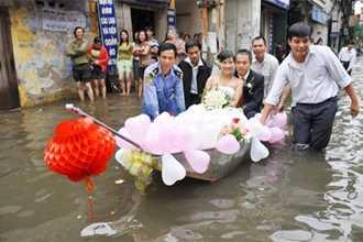 """Video """"đám cưới lụt"""" tại Quảng Bình gây xúc động mạnh với người xem cả nước"""