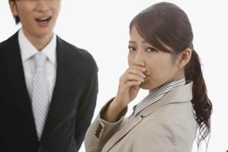 Tôi muốn nghỉ việc vì sếp hôi chân, đồng nghiệp thì hôi miệng