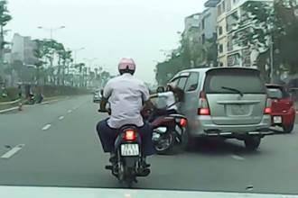 Clip: Phẫn nộ xe Innova vượt ẩu, tông ngã cô gái giữa đường phố Hà Nội rồi thản nhiên chạy tiếp