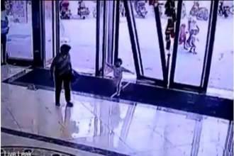 Cửa kính trung tâm thương mại bất ngờ đổ ập lên bé gái khiến ai nấy rụng rời tay chân