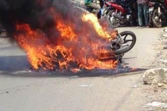 Bất lực nhìn xe máy đang lưu thông cháy rụi trong tích tắc