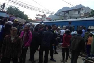 Cố vượt đường tàu, ô tô 7 chỗ bị tông lật nghiêng, 2 người thoát chết trong gang tấc