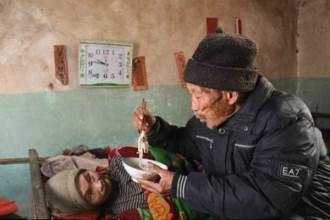 Cưới nhau 5 tháng, vợ bại liệt, người chồng vẫn ở bên chăm sóc 56 năm