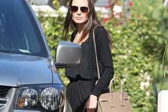 Jolie không còn đeo nhẫn cưới khi cô xuất hiện trên phố