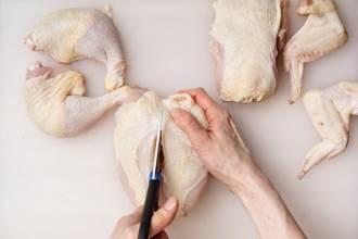 Lóc thịt gà chỉ bằng một cây kéo, phụ nữ vụng cỡ nào cũng làm được