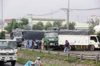 <a target='_blank' href='https://www.phunuvagiadinh.vn/tai-nan-lien-hoan.topic'>Tai nạn liên hoàn</a> 5 ô tô, quốc lộ 1A ùn ứ nghiêm trọng