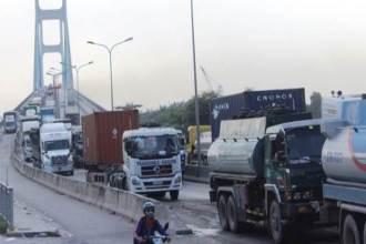 Sài Gòn: Lại xảy ra tai nạn liên hoàn 4 ô tô trên cầu Phú Mỹ