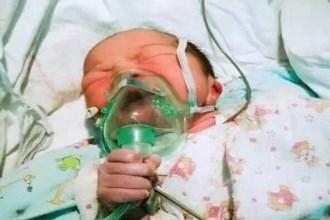 Bé sơ sinh kỳ diệu mới chào đời đã tự cầm ống thở khiến triệu người yêu mến