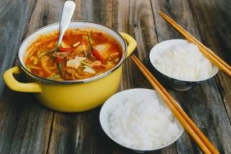 Cách nấu canh kim chi thịt gà hấp dẫn cho ngày Tết