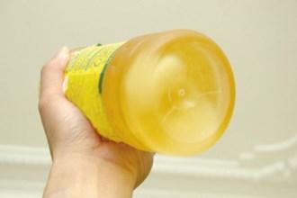 Trước khi mua hãy cầm chai dầu ăn và lắc xem có hiện tượng này hay không