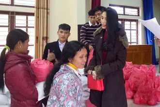 Công Vinh - Thủy Tiên ủng hộ dân nghèo 200 triệu đồng dịp Tết