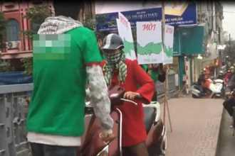Clip: Bị chặn đường vì lao xe lên vỉa hè, người phụ nữ đập rơi biển quảng cáo của nhóm thanh niên