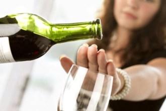Ngày Tết, bà bầu uống rượu vang, bia có gây hại cho thai nhi?