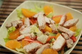 Tận dụng thịt gà luộc làm salad cam thanh mát cực ngon