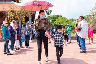 <a target='_blank' href='https://www.phunuvagiadinh.vn/ho-ngoc-ha.topic'>Hồ Ngọc Hà</a> đưa Subeo viếng đền thờ của Hoài Linh mùng 2 Tết