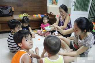 Gia đình sinh 5 đầu tiên ở Việt Nam: Tết, chồng tôi vẫn chạy xe suốt đêm để nuôi con