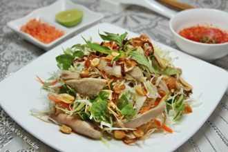 Tự tay làm gỏi gà bắp cải thơm ngon lạ miệng thiết đãi cả nhà để đổi vị sau tết