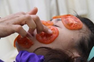 """Mỗi tối chà 1 lát cà chua lên da trong 1 phút, bạn sẽ tiếc """"đứt ruột"""" nếu qua mẹo nhỏ mà có võ này"""