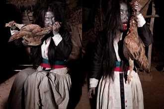Sự thật về hình ảnh thiếu nữ ma cà rồng hút máu gà cực rùng rợn gây náo loạn mấy ngày nay