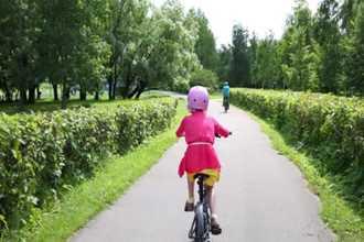 """""""Cho con đạp xe thêm 5 phút thôi"""" và phản ứng đầy lạ lùng của ông bố"""