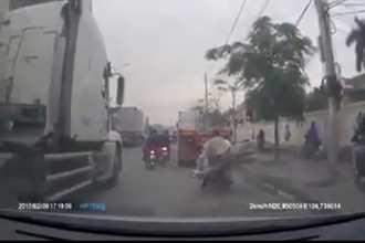Clip: Chở hàng cồng kềnh quệt vào container, người phụ nữ suýt bị cuốn vào gầm xe