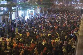 Nghìn người ngồi kín đường dự lễ cầu an tại chùa Phúc Khánh
