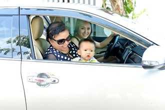 Phi Thanh Vân tự lái xe chở mẹ và con trai đi du lịch