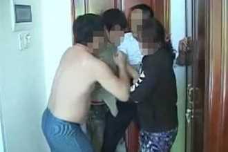 Rủ nhân tình đến nhà nghỉ để chồng đánh ghen, cướp tài sản