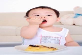 Tuyệt chiêu dạy con tự tay cầm thìa xúc ăn và nhai thành thạo không cần ép