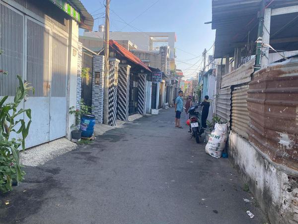 TP Thủ Đức: Người đàn ông bị kiếm chém gần đứt lìa cẳng tay trước cửa nhà