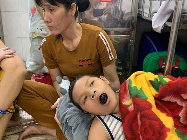 Chưa nguôi nỗi đau mất chồng, góa phụ nghèo đau đớn nhìn con chống chọi ung thư