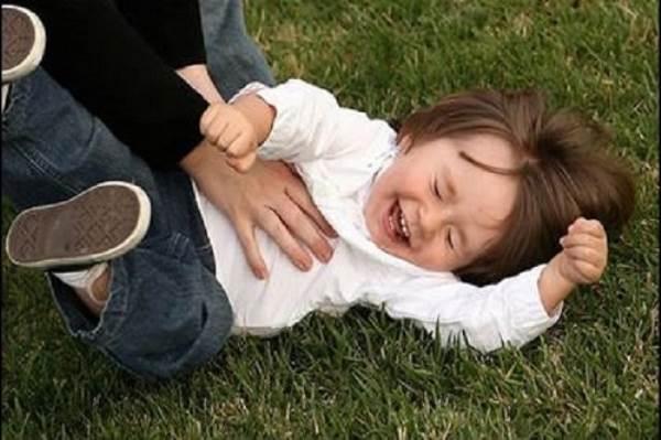 Nếu bạn còn đang chơi trò cù lét cho trẻ cười, hãy ngừng ngay! - Ảnh 1
