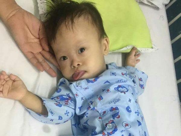 Tiếng khóc xé lòng của bé trai mang cùng lúc nhiều căn bệnh hiểm nghèo