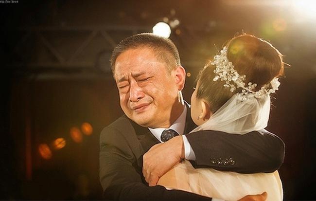 Với các ông bố, con gái mình là cả thế giới