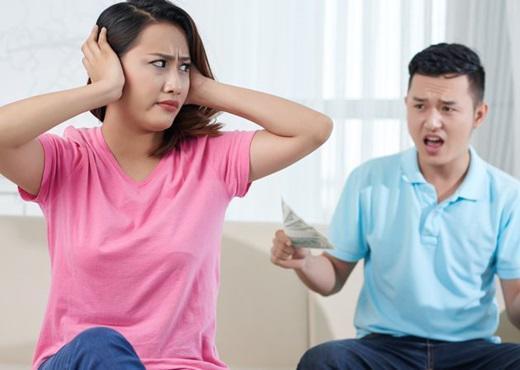 Tiền bạc dễ làm rạn vỡ tình cảm vợ chồng