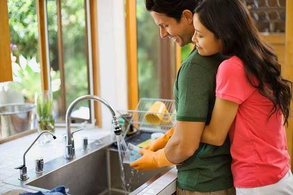 Dành cho anh ấy những lời có cánh khi chồng giúp bạn làm việc nhà